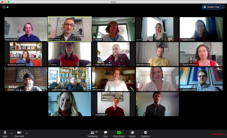 18 ihmistä koolla Zoom-videoneuvottelussa.