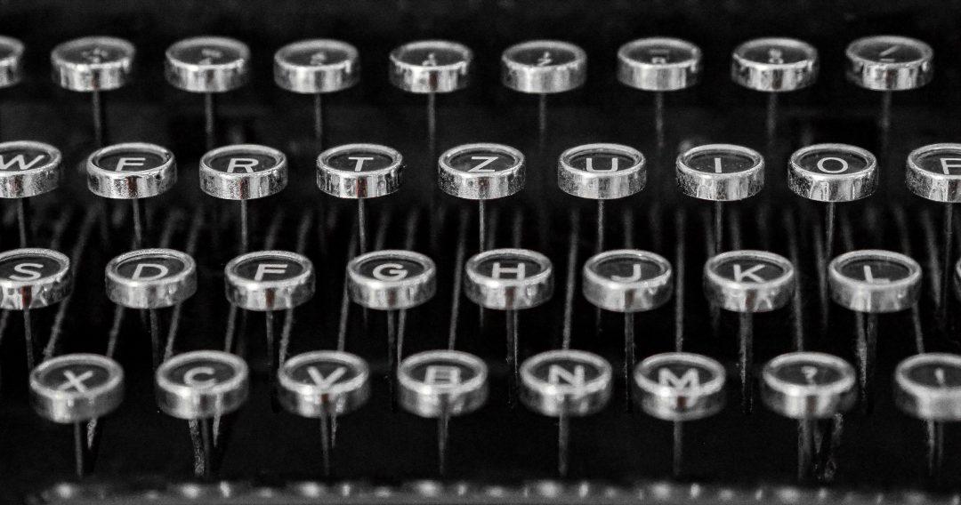 Vanhan kirjoituskoneen näppäimistö.